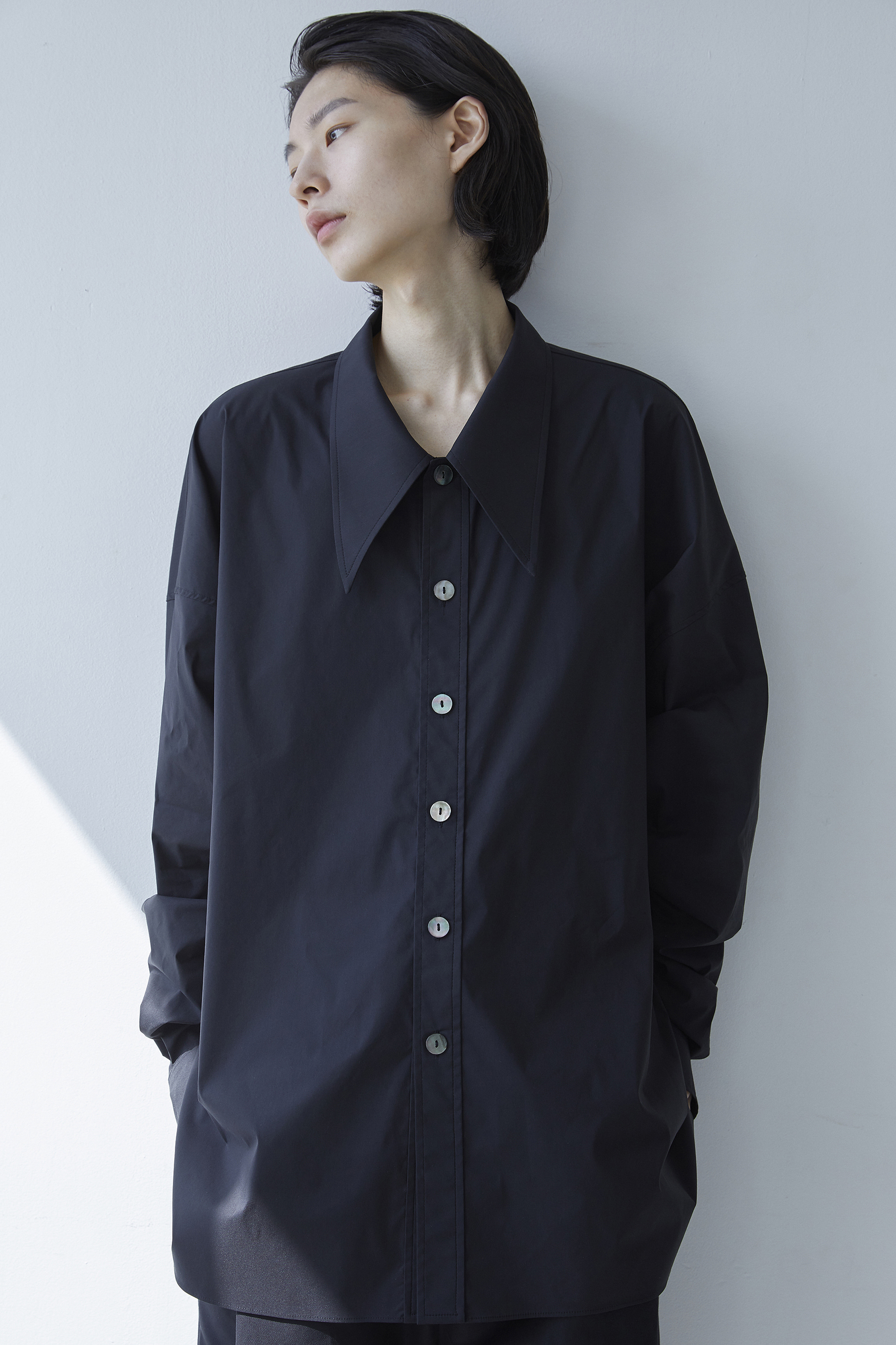 S008 / Shirring Big Collar Over Black Shirts